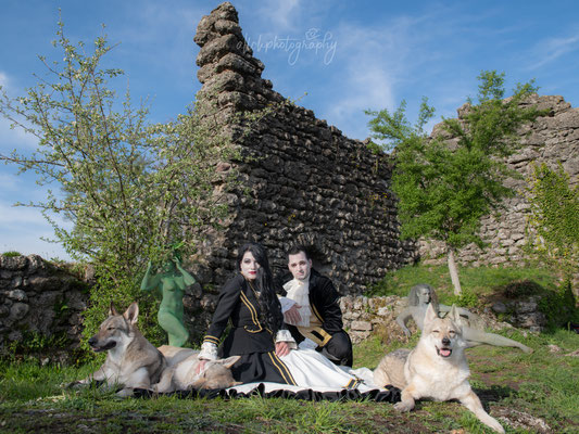 21.04.2019 - Twilight Shooting Ruine Wädenswill - Painting: Ramona - co. Painting/Visa: Corinne und Natascha - Model: Martin, Sarah, Shayenne, Chantal, Jeanine - Wolfshunde: Ela, Luna und Chaddy