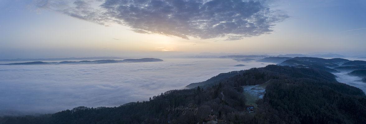 25.01.2020 - Zürich - Panoramaaufnahme über dem Nebel