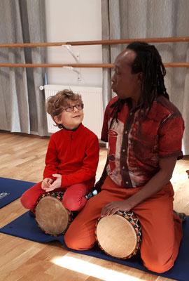 Cours de percussions pour enfants, avec Doussou Touré