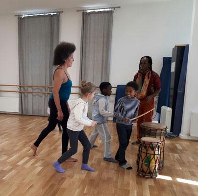 Cours de percussions pour enfants, avec Doussou Touré et Véronique Mendy