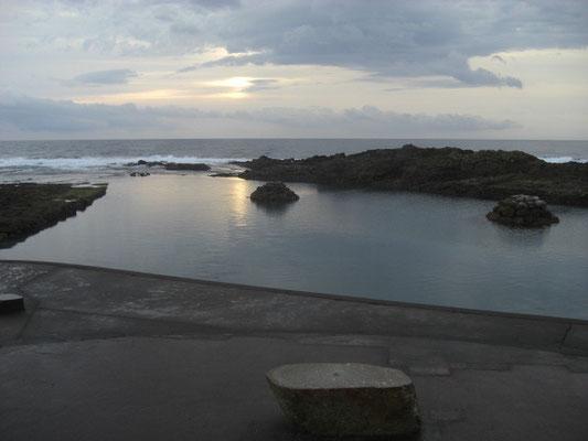 奥には 春田浜海水プールが