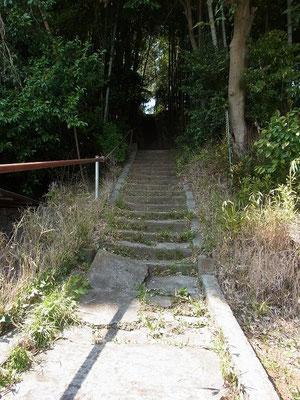 一色の舌状台地の「七面大明神」に登る階段