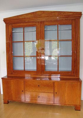 Biedermeier Bücherschrank um 1820, Apfelholz Schellack poliert, Unterteil mit insgesamt 10 Schubladen