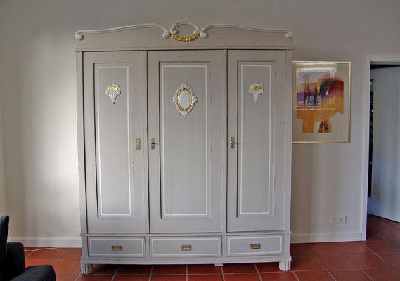 Kleiderschrank um 1920, farbig in Grau Weiß und Gold gestaltet, innen weiß mit Glasböden und Innenbeleuchtung