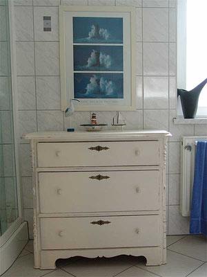 Weichholzkommode um 1870, cremeweiß gefasst mit rötlicher Grundierung, Kanten durchgerieben, wasserfest versiegelt fürs Badezimmer
