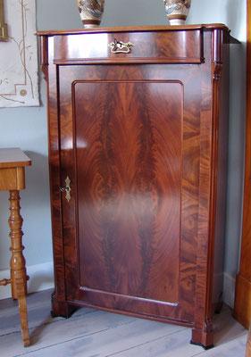 Mahagoni Vertiko mit einer Tür und einem Schubkasten, matt lackiert