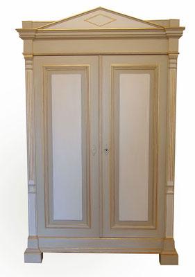 Klassizistischer Kleiderschrank (19. Jh.) aus Weichholz, weiß und grau gefasst, teilweise mit Blattgold belegt, innen weiß
