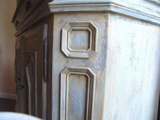 Eichen Stilmöbel im Detail mit farbiger Fassung
