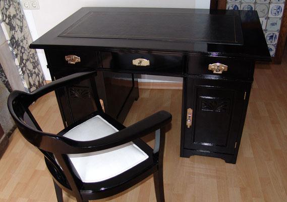 Jugendstil Schreibtisch mit passendem Stuhl, glänzend schwarz lackiert, Geprägtes Leder erneuert