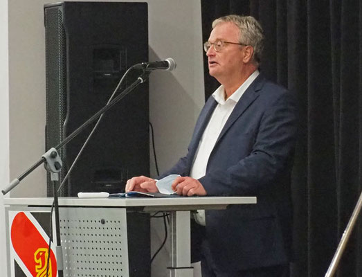 Bürgermeister Olaf Kruse begrüßte die Schüler, Eltern und Firman inm Forum – Foto: JPH