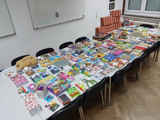 Gesammelte Geschenke KGS Weihnachtskartons