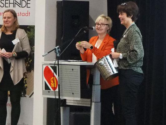 Sylvia Hatesuer (mi.) bei der Verlosung mit Yvonne Salewski (li.) und Ines Raulf (re.) – Foto: JPH