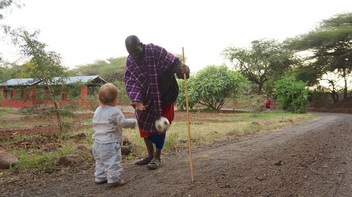 Massai spielt Fussball mit Kevin