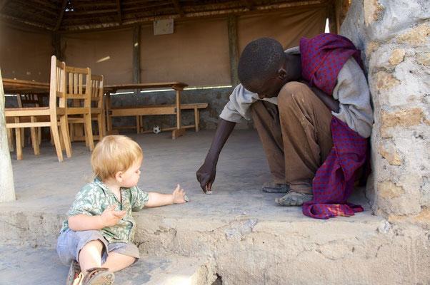 Kevin nimmt Kontakt auf mit einem taubstummen Massai