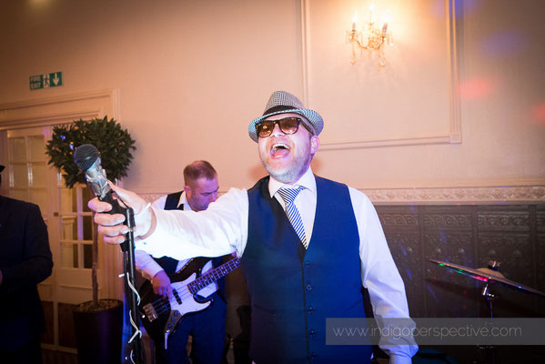 93-woolacombe-bay-hotel-wedding-photography-north-devon-groom-singing