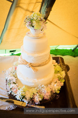 34-tipi-wedding-photography-north-devon-3tier-cake-teacup-flowers
