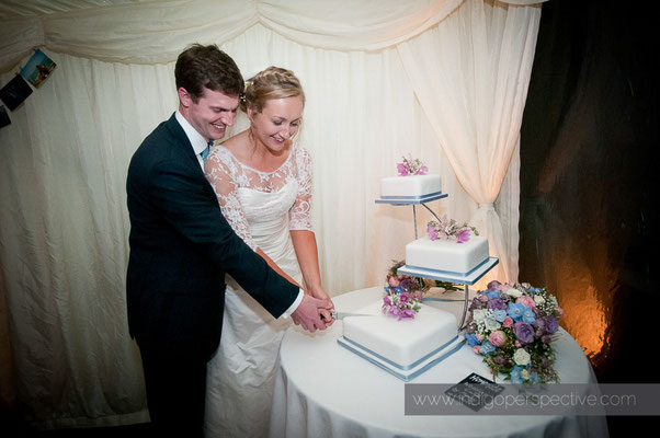 64-woolacombe-barricane-beach-wedding-north-devon-cutting-the-cake-bride-groom