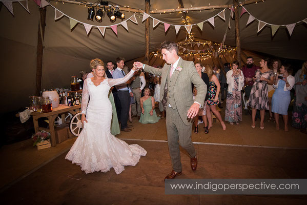 75-tipi-wedding-photography-north-devon-first-dance