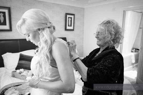 19-ocean-kave-wedding-photography-north-devon-mum-bride-dress-finishing-touches