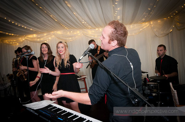 56-weirmarsh-farm-wedding-north-devon-band-play-evening-sing