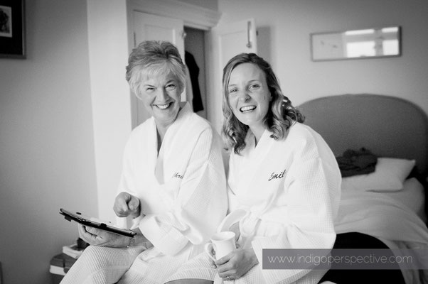 1-woolacombe-barricane-beach-wedding-north-devon-bridemaid-preparation-dressing-gown-smile