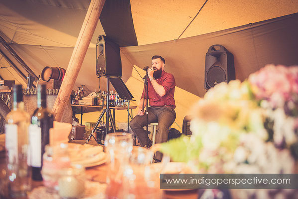 43-tipi-wedding-photography-north-devon-singing