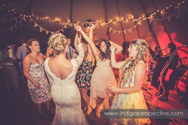80-tipi-wedding-photography-north-devon-bride-friends-dancing-evening