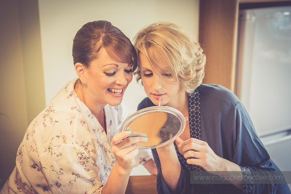 8-woolhanger-manor-wedding-photography-north-devon-bride-sister-lip-gloss-preparation