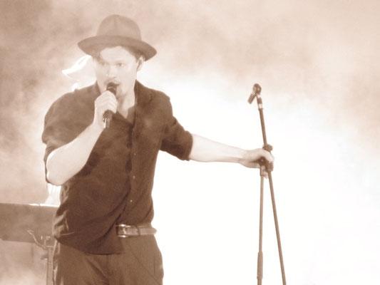 """Shenja Lacher - vocals, Concert """"Rio Reiser - bis zum letzten Ton"""" / Johnsdorf 2010 Credit: Franziska von Keitz"""