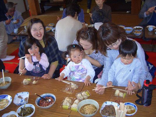 ちびっことお母さんも参加して本堂で昼食