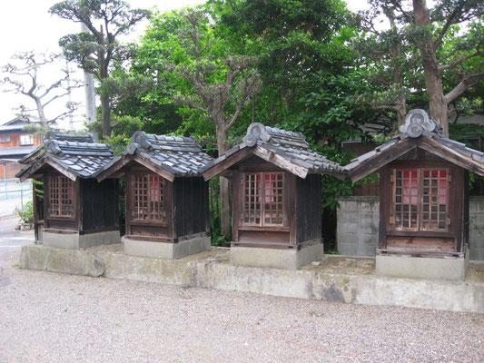 珍しい小さな大師堂が二十一並ぶ境内