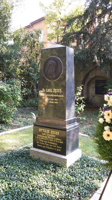 Das neugestaltete Zeiss-Grab...