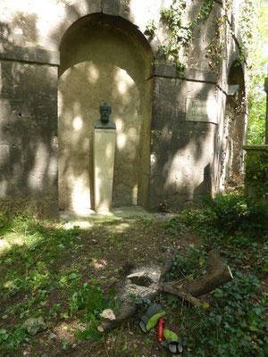 ... die Büste am Grab von Bruno Hildebrand (https://de.wikipedia.org/wiki/Bruno_Hildebrand) wieder sichtbar zu machen.