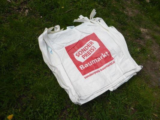 Auch wenn wir uns auf Frühling und Sommer freuen und noch nicht an das viele Herbstlaub denken wollen – wir haben dann genug große Laubsäcke. Diese fünf Exemplare wurden uns von der Apotheke am Nollendorfer Hof gespendet.