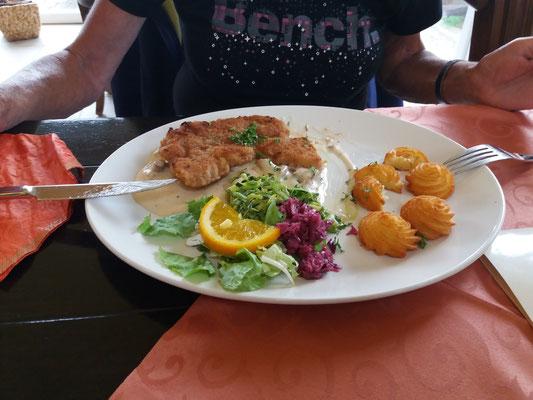 Schnitzel im Restaurant Kamerun