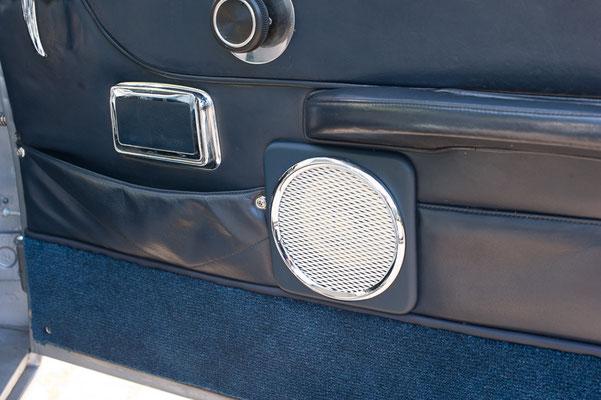 Frontlautsprecher hinter der Türverkleidung im Aston Martin Db5
