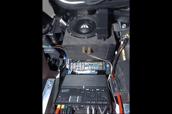 gehaäuse und verstärker im eingebauten zustand im beifahrerfußraum vom lamborghini gallardo