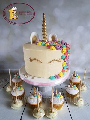 Unicorn taart, afgesmeerd met ganache