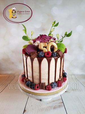 Dripcake met macarons en verse bloemen