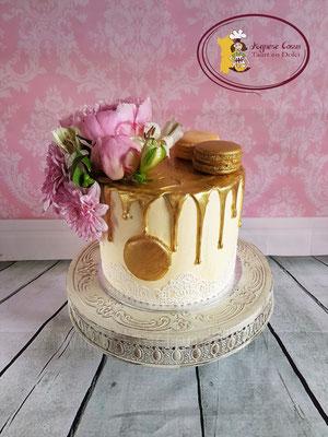 Drip taart met echte bloemen en gouden macarons