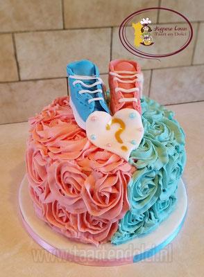 Gespoten rozen met schoentjes Gender Reveal taart