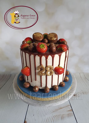 Dripcake met macarons en fruit