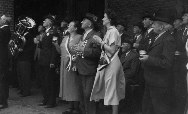 1952 Schützenkönig Fritz Schwiebert mit Ehrendamen