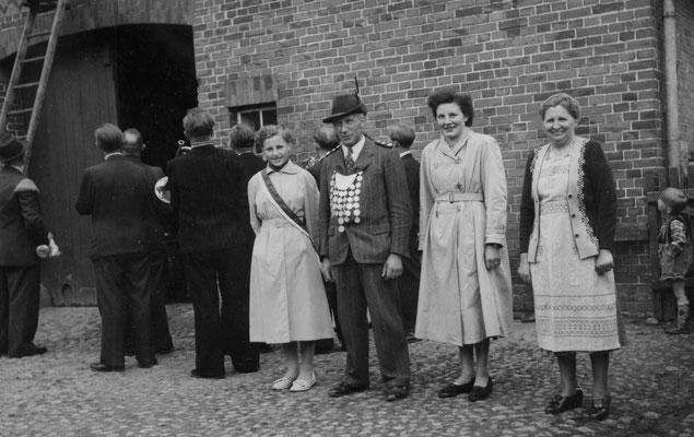 1954 Schützenkönig Heinrich Riefers mit Ehrendamen