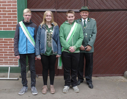 Unsere neue Jugendkönigin Johanna Bargfrede mit Ehrenherren und dem 1. Vorsitzenden.