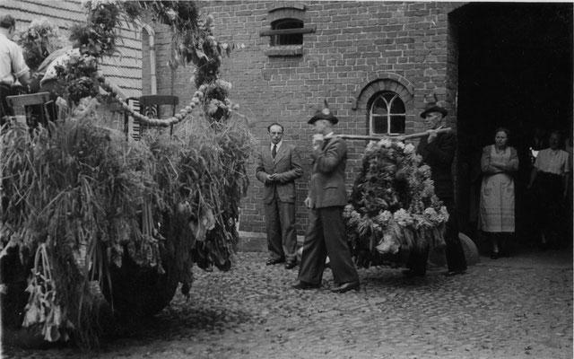 1954 Erntefest-abholen Erntekrone bei Schloen