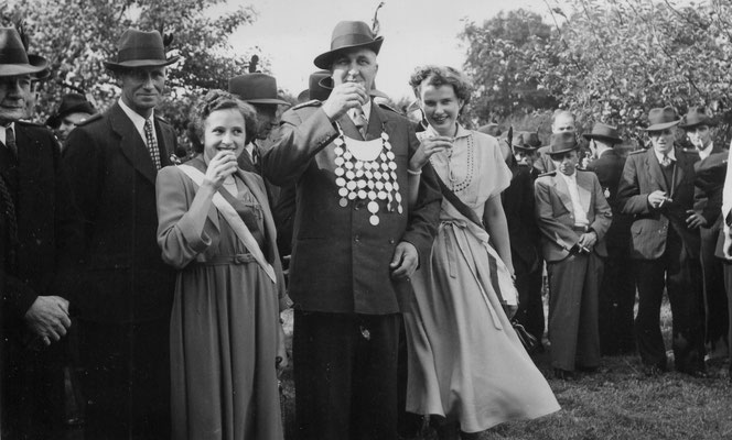 1953 Erntefest-Johann Lohmann mit Ehrendamen