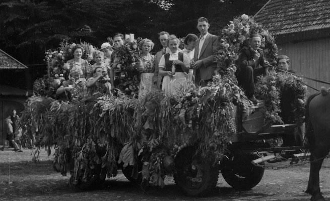 1953 Erntefest-Wagen mit Erntekrone