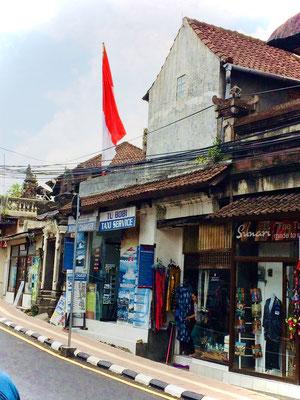 Straße mit kleinen Geschäften in Ubud