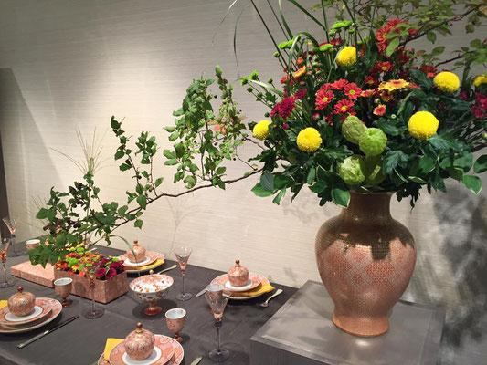 入口に展開しているのは秋らしいテーブルコーディネートは米久美枝子さんの作品です。